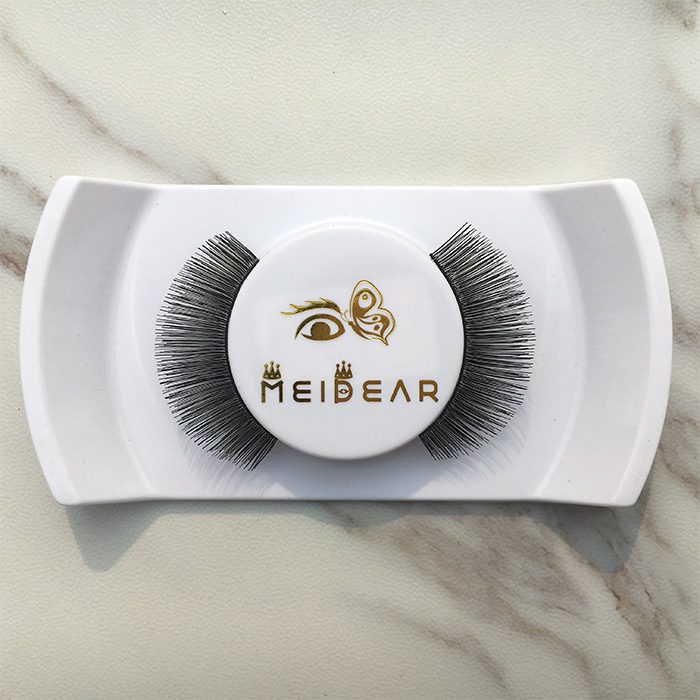 Natural looking false eyelashes